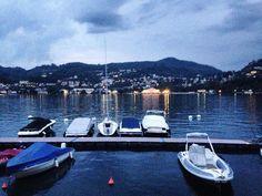 Un porto tra i portici... Finalmente anche io spammo foto del lago. Bello è? #igerscomo #lago #sera #luci #lights #boats #porto