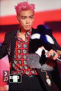 Korean celebrity fashion, artiste,  #BIGBANG #T.O.P #Fendi 2016 F/W fox fur stole
