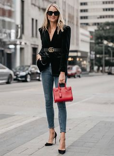 Such a classically chic outfit! The black velvet blazer, Gucci Marmont belt, denim skinny jeans, black pumps & Saint Laurent purse, all pair perfectly for some fabulous street style. Fashion Blogger Style, Fashion Mode, Look Fashion, Autumn Fashion, Cheap Fashion, Fashion Trends, Feminine Fashion, Office Fashion, Fashion Black