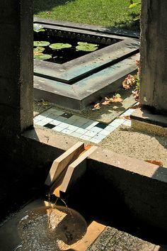 Carlo Scarpa (Fondation Querini-Stampalia, Venise). Pond. Fountain. Copper. Concrete. Mosaic. Geometry.