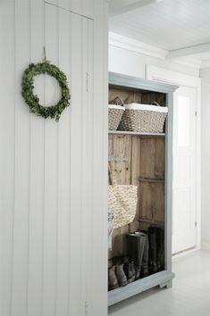 Vaikka Pömpelinmäki on hiljainen ja harmaa, on sisällä talossa tänä syksynä tuntunut tavallista valoisammalta. Taidehistorian opinnot ja in... Cottage Porch, White Cottage, Cottage Homes, Entryway Stairs, Hallway Storage, Country Interior, Country Decor, Modern Farmhouse, Farmhouse Decor