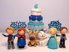 Lindos personagens modelados à mão em biscuit no tema mais pedido do momento!    Nos inspiramos neles bem fofinhos, para deixar a festa da sua princesinha linda e delicada, com carinha de festa de criança!    O kit compõe 9 itens sendo:    1 bolo cenográfico de 3 andares  2 árvores de mdf pintadas em azul cintilante  1 Anna  1 Elsa  1 Kristoff  1 Hans  1 Olaf  1 Sven    As peças podem ser locadas separadamente também, consulte-nos!    Veja nossa linha de produtos Frozen clicando no álbum.