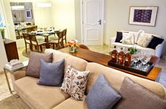 Sala de estar e jantar integrada. Sofá com almofadas coloridas, sofá table, sofá claro, mesa de jantar. Sala de estar decorada, decoração. Arquiteta Danyela Corrêa.
