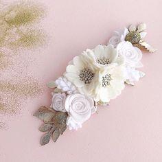 Белый и его оттенки сам по себе очень нарядный и торжественный цвет,а в дополнение с золотом и вовсе по-королевски👑 Стоимость 900₽ #feltflowercrown#feltflower#feltflowers#повязкиизфетра#цветыизфетра#украшенияручнойработы#повязкаизфетра
