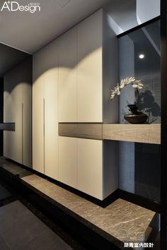 時下常見的繽紛設計跳色手法,對從事科技產業並長年往來於美國與台灣之間的國際家庭屋主來說,對每回返台的暫居住所更夢想著擁有不同於一般的居家氛圍,現代簡約風格為空間靈魂,兼具現代感與科技感的黑、白、灰三原色脫穎為空間搭色主角,透過內斂與洗鍊的色彩和材質,雙雙創造出現代風格清晰的舒適暫歇處。 時間駐留不是問題,候鳥歸巢對孰悉家園的依戀,更顯家的召喚。 入門玄關已將簡潔現代基調印入眼簾,地坪灰黑色石材為穩定磐石,收納櫃體與展示櫃的垂直拼接,大面積灰鏡也替小空間緩衝之地創造了放大加值效果。 客廳空間最大特點即是與開放式書房徹底相連,閱讀書桌的空間區隔剛好形成沙發穩定依靠,不規則尺寸分割的整面造型書牆,讓書櫃本身就是一場充滿空間趣味的展示設計,除了收納展示之餘亦順勢將環繞音響喇叭不留痕跡地精算融入。客廳和書房之間連續性的弧形天花,透過巧思設計化解了貫穿空間大鋼樑的存在感,也讓開放空間完整性更加順暢。…