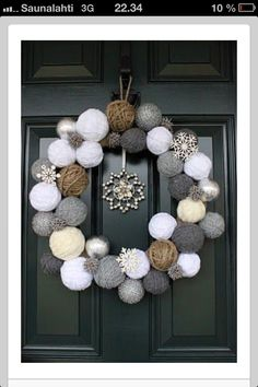 DIY Ideas to Have a Winter Wreath DIY Winter Wreath it's not just for Christmas, This can be for January too. These are snow ballsDIY Winter Wreath it's not just for Christmas, This can be for January too. These are snow balls Front Door Christmas Decorations, Christmas Front Doors, Holiday Wreaths, Winter Wreaths, Winter Decorations, Advent Wreaths, Diy Decoration, Doorway Decorations, Craft Decorations