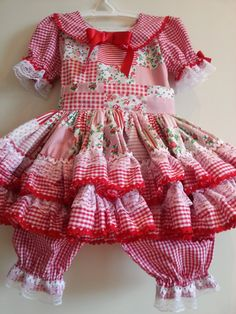 Vestido manufaturado em tricoline com detalhes em fitas e rendas.  Acompanha calçola e par de laços.