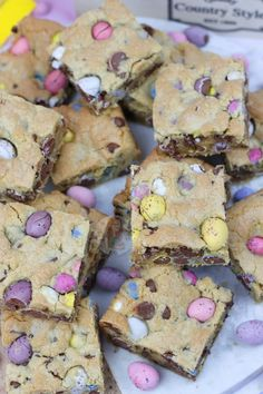A Yummy Mini Egg & Chocolate Chip Cookie Traybake perfect for Easter. Mini Egg Cookie Bars are my new Favourite! SO, today is the second. Tray Bake Recipes, Baking Recipes, Cookie Recipes, Dessert Recipes, Mini Eggs Cookies, Cookies Et Biscuits, Easter Cookies, Sugar Cookies, Baby Cookies