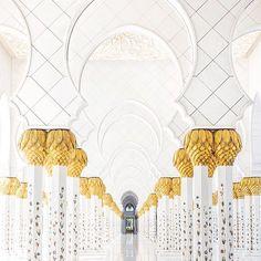 Se tem um lugar no mundo que estou louco pra voltar pra mostrar pra @raira, esse lugar seria a Sheikh Zayed Mosque, em Abu Dhabi. Não preciso nem explicar, né? 😱 . If there's one place in the world that I'm crazy to go back to and show @raira, this place would be the Sheikh Zayed Mosque, in Abu Dhabi. No explanation needed, right? 😱 . Abu Dhabi, UAE. 🇦🇪