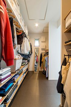 ウォークインクローゼットの位置 - ナガメの家づくり日記 Walk In Closet, Chest Of Drawers, Luxury Living, Dressing Room, Getting Organized, Interior Design Living Room, Laundry Room, Interior Styling, Beautiful Homes