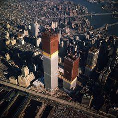 Le World Trade Center qui commence à s'élever au-dessus de New York en 1971.