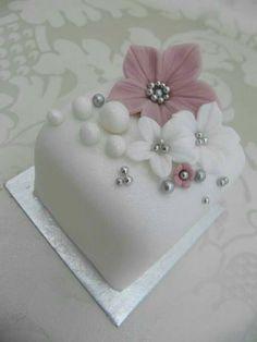 20 New ideas wedding small cake mini desserts Mini Wedding Cakes, Fondant Wedding Cakes, Wedding Cupcakes, Fondant Cakes, Wedding Desserts, Pretty Cakes, Cute Cakes, Beautiful Cakes, Amazing Cakes