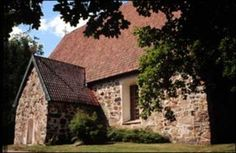 Lemu - Naantalin Matkailu. Lemun keskiaikainen, Pyhälle Olaville pyhitetty harmaakivikirkko on rakennettu 1450-luvulla. Lemu on aikonaan ollut osa Nousiaisten suurta muinaispitäjää, josta se erkani omaksi hallinto- ja kirkko-pitäjäksi jo keskiajalla. Kun vanhaan emäpitäjään nousi piispakirkko, pystytettiin Lemuun myös oma Olaville pyhitetty pyhäkkö. Grave Monuments, Old Churches, Graveyards, Finland, Concrete, Cabin, House Styles, Cabins, Cottage