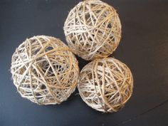 How to make twine balls - great for bowl fillers:Needed: ~Balloons ~Ball of Twine or Jute or String ~White Glue mixed with equal parts Water ~A bowl or plate to hold the Glue # Primitive Twine Crafts, Diy And Crafts, Arts And Crafts, Fabric Crafts, Paper Crafts, Bowl Fillers, Yarn Ball, Diy Wedding Decorations, Decor Wedding