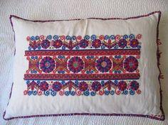 Magyar népi díszítések - Buzsáki hímzés - Dunántúl Hungarian Embroidery, Folk Embroidery, Pillow Design, Hungary, Folk Art, Bed Pillows, Pottery, Minden, Traditional