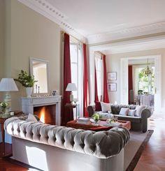 Sofa terciopelo gris - Paredes color beige - Cortinas y toques en rojo y blanco - Elmueble.com
