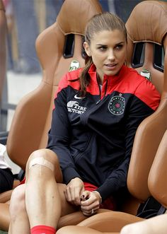 Alex Morgan of the United States and as one of the most beautiful female soccer players represents something like that of a female cougar, a wild cat, a lioness. Hot Football Fans, Football Girls, Football Players, Morgan Usa, Female Soccer Players, Alex Morgan Soccer, Soccer Girl Problems, La Mode Masculine, Culottes