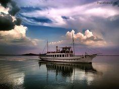A Helka nevű hajó érkezik a badacsonyi kikötőbe, a naplemente fényeiben.    Fotó: Papdi Balázs