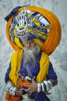Meet devout Sikh Avtar Singh Mauni - the proud owner of the world's largest turban. He wears the traditional Punjabi turban called a 'pagdi' in the Indian town of Patiala in Punjab, India Picture: Ajay Verma / Barcroft India We Are The World, People Around The World, Around The Worlds, Facial Painting, Fotografia Retro, Costume Ethnique, Foto Picture, Punjabi Culture, India Culture