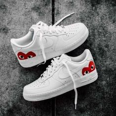 This is a pair of Nike Air Force with an iconic heart logo on the Damenschuhe Sneakers Sneakers Fashion, Shoes Sneakers, Air Jordan Sneakers, Shoes Jordans, Nike Shoes Outfits, Sneakers Adidas, Sneakers Women, Nike Fashion, Mens Fashion