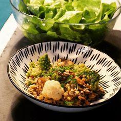 Quinoa-Reispfanne mit Champignons, Brokkoli, Karfiol & Romanesco dazu noch etwas frischen Frühlingszwiebel und Chiliflocken Nach einem deftigen, verspäteten Frühstück nach meinem Nachtdienst heute, sollte es zum Mittagessen was leichteres sein ich liebe Reispfannen ja sowieso, nachdem man nicht länger als 15min braucht um ein leckeres, gesundes Essen zu zaubern. Hatte heute keine Lust auf Fleisch,... Weiterlesen Der Beitrag Quinoa-Reispfanne mit Champignons, Brokkoli, Karfiol & Romanesc Quinoa, Grains, Ethnic Recipes, Food, Eat Lunch, Clean Foods, Meat, Easy Meals, Love