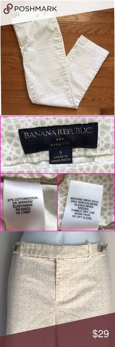 """TAKE $10 OFF Banana Republic """"Ryan"""" Fit Pants Beige and white print is perfect for Summer! Ryan fit sits below the waist, straight leg. Two welt pockets on back. Front zip with button tab and decorative buttons in brushed nickel. From BR Factory. 97% cotton and 3% spandex. Excellent condition. 626301629 Banana Republic Pants"""