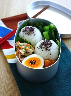 R journal: 丸丸おにぎり弁当・Japanese onigiri (rice ball) bento Bento Recipes, Gourmet Recipes, Bento Ideas, Lunchbox Ideas, Japanese Food Sushi, Japanese Lunch Box, Sushi Lunch, Bento Box Lunch, Easy Japanese Recipes