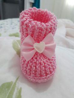 Botinha de tricot feita  por Sônia Faria ,com fio super bebê e agulha tricot numero 4 mm.