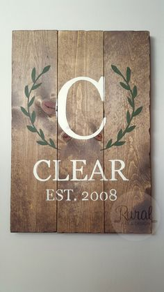 GORGEOUS family sign featuring your family's name with established date. Perfect wedding or anniversary gift! Each sign is hand assembled, sealed with a satin finish, and comes ready to hang with a la Wood Crafts, Diy Crafts, Pallet Crafts, Pallet Art, Pallet Ideas, Established Family Signs, Family Name Signs, Wooden Family Name Sign, Wooden Name Signs