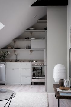 A peek inside a tiny attic apartment that demonstrates how clever design tricks can turn small spaces into stylish and practical places to live. Apartment Therapy, Design Apartment, Attic Apartment, Attic Rooms, Attic Spaces, Small Space Living, Small Spaces, Tamizo Architects, Country Look