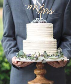 Rustic wedding cake. Two tiered wedding cake.