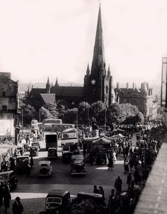 St Martins church and Bull Ring Market , Birmingham 1950 Birmingham Shopping, Uk History, Family History, Birmingham City Centre, Nostalgic Images, Old Pub, Walsall, Birmingham England, West Midlands