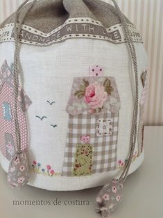 Moments Sewing: A very cute taleguita . Fabric Purses, Fabric Bags, Patchwork Bags, Quilted Bag, Quilted Table Runners, Cute Bags, Tote Purse, Handmade Bags, Gift Bags