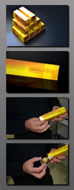 Um cartão diferenciado foi proposto. Uma apresentação que simula barras de ouro chega agora nas mãos das pessoas que indicam clientes para a Keyworks. Ao abrir, a pessoa, se depara com uma surpresa: chocolates Ferrero Rocher.