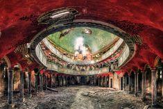 Uma das coisas que mais me fascinam no mundo são lugares abandonados. Eu não sei por que ou se, no fundo, todo mundo é um pouco como eu, mas eu adoro imaginar todos os tipos de histórias que passaram pelo local. É por isso que as fotografias de Matthias Haker são tão fascinantes. Além do (...)