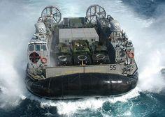 もうご存じの方も多いと思いますが  海上自衛隊が被災地の支援物質運搬手段として配備した  巨大ホバークラフトが滅茶滅茶格好良いですよ~        スペックは下記になります  排水量:約100t   全長:24.7m  全幅:13.3m  機関:ガスタービン4基(出力 16,0...