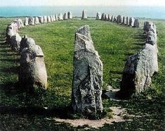 Stenar Ales, a megalithic monument in southern Sweden, built in the cent. on an earlier monument, the oldest & one of the most famous in the Viking culture. It consists of 59 large rocks shaped ellipse located Stonehenge, Ancient Mysteries, Ancient Ruins, Ancient History, Vikings, Voyage Suede, Viking Culture, Art Ancien, Cairns