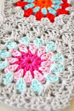 close up crochet granny square Pretty Crochet Inspiration and Patterns Love Crochet, Diy Crochet, Crochet Crafts, Crochet Baby, Crochet Projects, Crochet Squares, Crochet Granny, Crochet Motif, Crochet Patterns