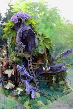 Day Miniatures Works in Progress: Miniature Driftwood Fairy House Update - Amazingly detailed fairy house made out of driftwood. And loads of imagination and talent! Fairy Garden Houses, Gnome Garden, Garden Art, Garden Design, Garden Ideas, Fairy Village, Fairy Tree, Decoration Evenementielle, Fairy Crafts
