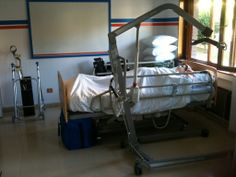 Detalle del aula sanitaria. También con bastones, andador y silla de ruedas para movilizaciones y desplazamientos de pacientes.
