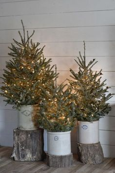 Rustic Farmhouse Christmas Home Tour 2017 Simple Rustic Country Farmhouse Christmas Style Noel Christmas, Winter Christmas, Christmas Crafts, Christmas Music, Christmas Movies, Christmas Tree Simple, Rustic Christmas Trees, Christmas Porch Ideas, Christmas Lights