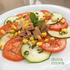 Esta ensalada de calabacín y tomate con hierbabuena se prepara en pocos minutos y resulta una propuesta fresca y ligera como entrante o para cenas.