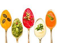 Bunte Partysuppen sind beim Feiern absolute Allrounder, weil sie Vor- und Hauptspeise sowie Mitternachtssnack sein können. Darüber hinaus sind Gulasch-, Nudel- und Kürbissuppe sehr