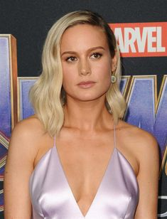 "Brie Larson and Scarlett Johansson Thanos it Up at the ""Avengers: Endgame"" World Premiere Hollywood Stars, Classic Hollywood, Prettiest Celebrities, Women Facts, Actrices Sexy, Captain Marvel, Hulk Marvel, Posing Guide, Brie Larson"
