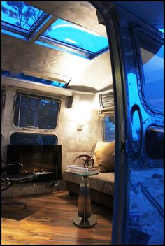 Gaaah I'm in love with this Airstream Airstream Motorhome, Airstream Decor, Airstream Living, Airstream Remodel, Airstream Renovation, Vintage Airstream, Glamping, Rv Camping, Outdoor Camping