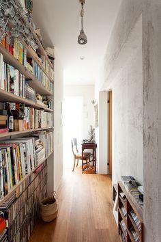 無造作に収納したい本棚は、家の奥のプラベートスペース(寝室やクローゼット)エリアに。  #T様邸南行徳 #本棚 ##フローリング #廊下 #EcoDeco #エコデコ #リノベーション #renovation #東京 #福岡 #福岡リノベーション #福岡設計事務所 Bookshelves, Bookcase, Coworking Space, Room, Corridor, House Ideas, Design, Home Decor, Houses