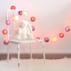 Ideales para decorar la habitación del bebé, guirnalda de bolas de algodón en tonos rosas con luz. Enchúfala directamente a la corriente, aunque también son preciosas apagadas. También quedan preciosas en fiestas o sesiones de fotos. 22.00 €