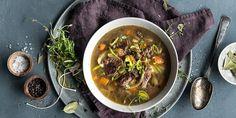 Klassisk kjøttsuppe går aldri av moten. Oppskrift på langtidskokt kjøttsuppe, som både er både sunn, mettende og smaker aldeles nydelig.