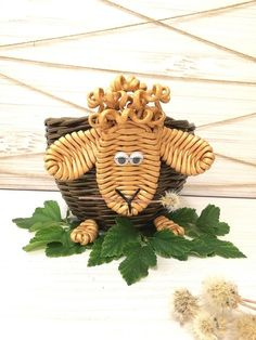 Фотография Recycled Paper Crafts, Diy And Crafts, Rattan, Reindeer, Recycling, Weaving, Christmas Ornaments, Holiday Decor, Box