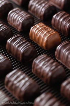 Frédéric LECHAT Photographe | studio publicitaire - mosaïque de bouchées au chocolat | #publicite #bouchees #chocolat #noir #lait